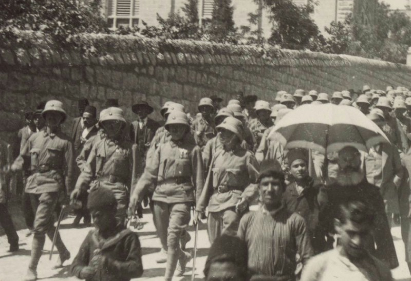 Uniformes coloniaux allemands Austrian_troops_marching_through_Jerusalem,_1916 t